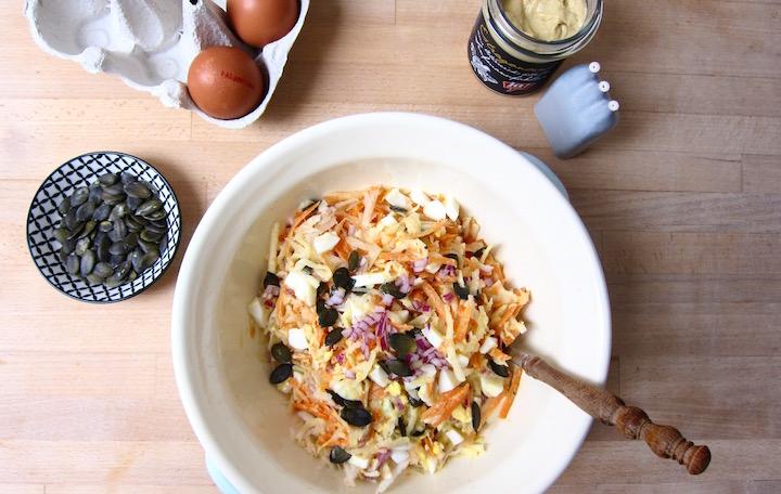 Biomittagspause: Raspelsalat mit Ei und Estragonsenf-Dressing