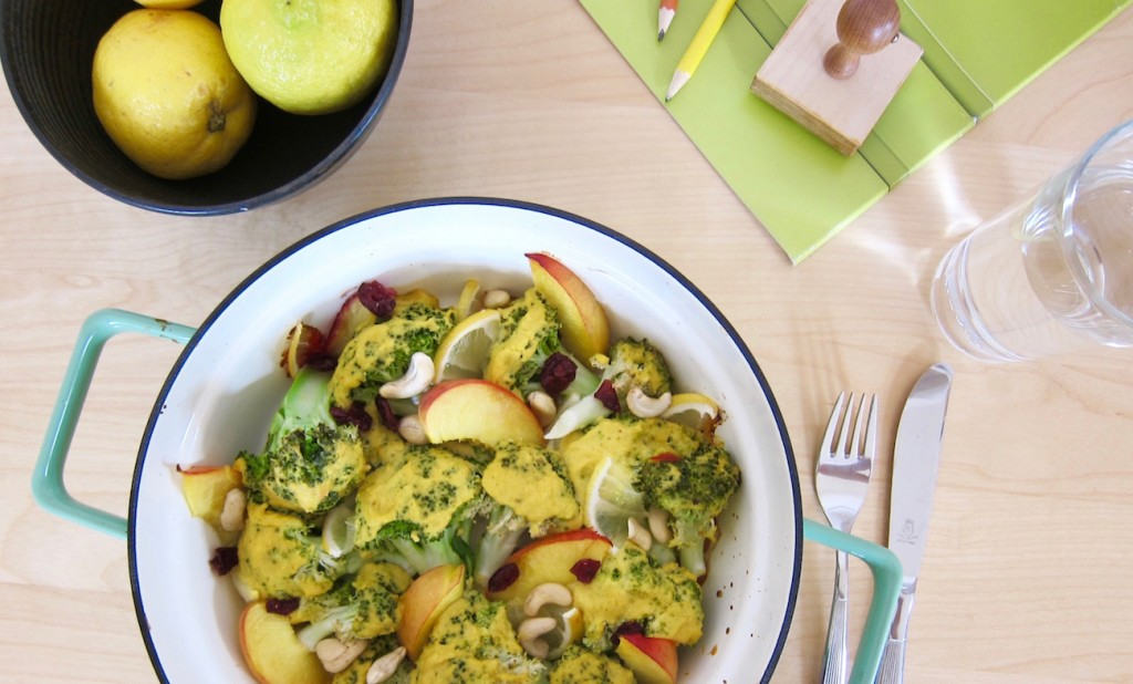 Bio-Mittagspause: In Curry Hummus gebackener Brokkoli mit Nektarinen