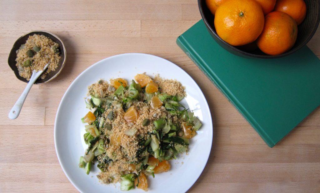 Bio-Mittagspause: Puntarelle mit Kapern-Bröseln und Clementinen