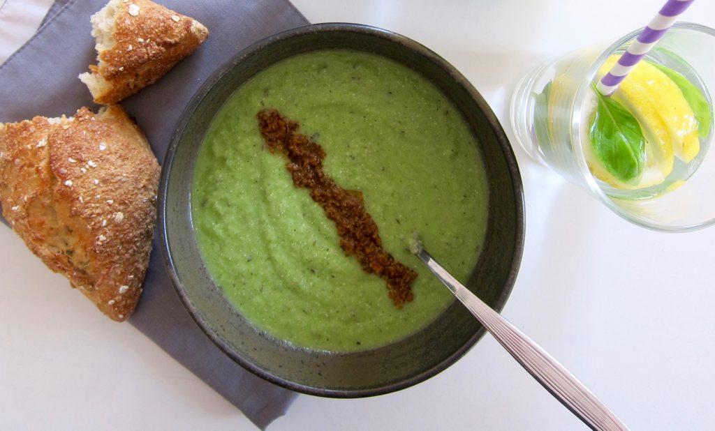Bio-Mittagspause im Büro: Veganer Suppen-Smoothie mit Zucchini und Cashews