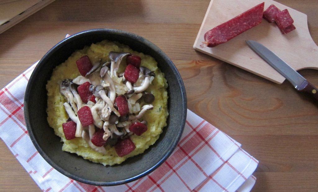 Bio-Mittagspause: Polenta mit Pilzen und Landjäger