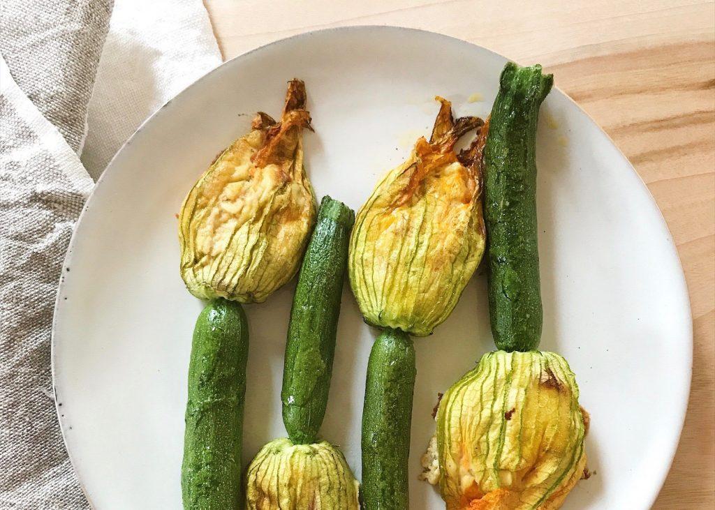 Uns blüht was Feines: Gefüllte Zucchiniblüten mit Hummus & Marillen
